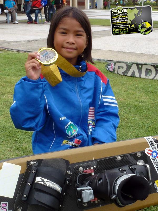 http://www.waterski.com.my/AaliyahYoongHanifah_AsianU17GirlsTricksWinner3230pts.jpg